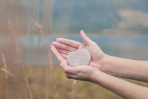 El cuarzo cristal es muy beneficioso ya que recoge, potencia y amplia la energía hacia donde uno lo necesite. Ayuda a sanar en todos los niveles. Es excelente para meditar.